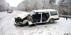 1. Verkehrsunfall auf der schneebedeckten Fahrbahn